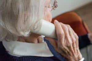 Frau fragt nach Unterstützung im Alltag beim PAGU Betreuungsservice